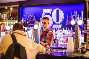 Salon ou bar de l'établissement a&o Edinburgh City