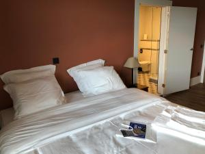 A bed or beds in a room at La Posterie