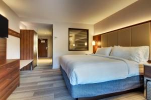 A bed or beds in a room at Holiday Inn Express & Suites Helen, an IHG Hotel