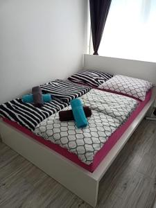 A bed or beds in a room at Apartament Sosnowa