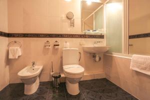 Ein Badezimmer in der Unterkunft Dnipro Hotel