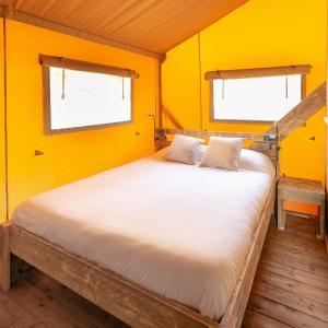 Een bed of bedden in een kamer bij Camping El Garrofer