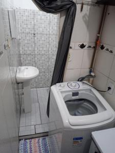 A bathroom at kitnet Maysa em Benfica RJ