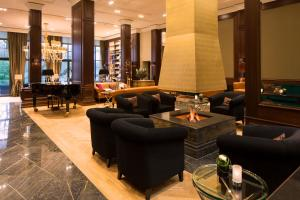 The lounge or bar area at Kempinski Hotel Frankfurt Gravenbruch