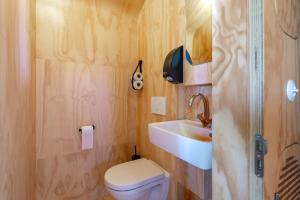 A bathroom at Stayokay Hostel Dordrecht - Nationaal Park De Biesbosch