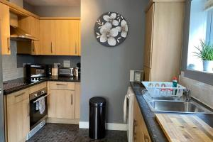 A kitchen or kitchenette at Modern and Stylish Bristol Apartment FREE PARKING