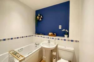 A bathroom at Modern and Stylish Bristol Apartment FREE PARKING
