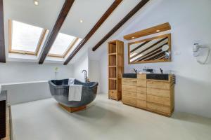 Een badkamer bij Dolphin Suites
