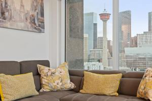 A seating area at Simply Comfort. Stunning Downtown Apartments