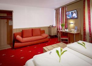 A seating area at TIPTOP Hotel Burgschmiet Garni