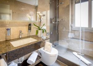 A bathroom at TIPTOP Hotel Burgschmiet Garni