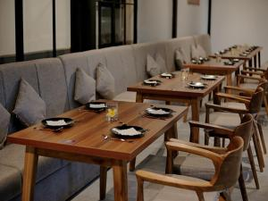 A restaurant or other place to eat at Bali Sunshine Inn Nusa Dua