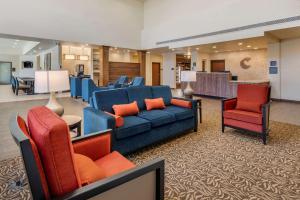 A seating area at Comfort Suites Broomfield-Boulder/Interlocken