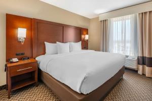 A bed or beds in a room at Comfort Suites Broomfield-Boulder/Interlocken