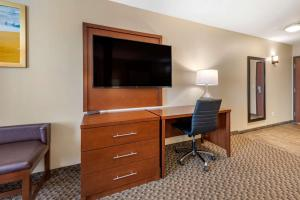 A television and/or entertainment centre at Comfort Suites Broomfield-Boulder/Interlocken