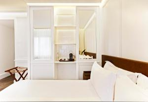 A bed or beds in a room at Boutique Hotel H10 Montcada