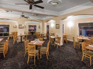 A restaurant or other place to eat at Mercure Wagga Wagga