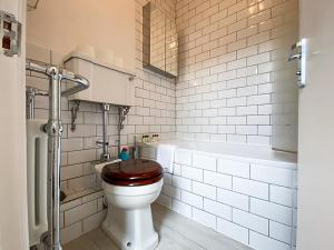A bathroom at Pass the Keys Beautiful 2BD Apart in Hornsey, sleeps 4