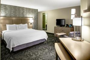 A bed or beds in a room at Courtyard Columbus Downtown
