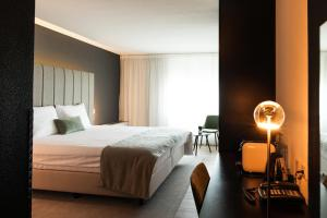 A bed or beds in a room at Select Hotel Apple Park Maastricht