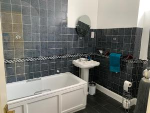 A bathroom at B. Home comforts with easy London travel.
