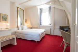 A bed or beds in a room at Hotel Schimmelpenninck Huys