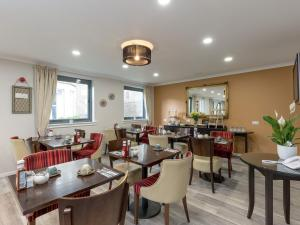 A restaurant or other place to eat at Kirkstyle Hotel
