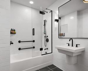 Een badkamer bij Gansevoort Meatpacking