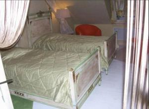 A bed or beds in a room at Le Jardin des Fables