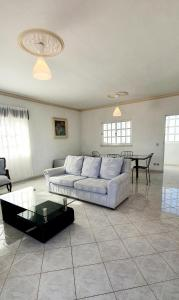 A seating area at Villa Belinha - Guest House