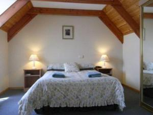 A bed or beds in a room at Big4 Strahan Holiday Retreat