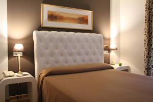 A bed or beds in a room at Hotel Bouza