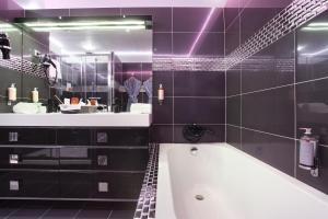 A bathroom at Hôtel de France