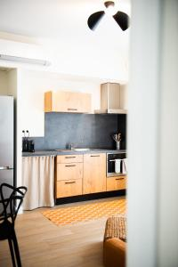 A kitchen or kitchenette at La Maison des Vendangeurs en Ville