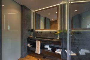 A bathroom at Hotel Rural Vale Do Rio