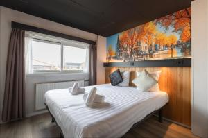 A bed or beds in a room at Botel