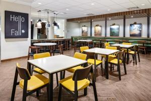 A restaurant or other place to eat at Fairfield Inn & Suites by Marriott Queensbury Glens Falls/Lake George