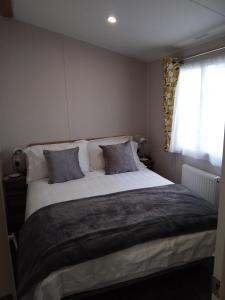 A bed or beds in a room at 3 Bed ,Sleeps 8 Caravan California Cliffs Holiday Park