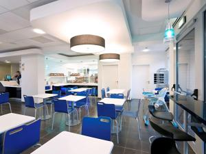 A restaurant or other place to eat at ibis budget Torun
