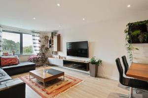 A seating area at 1-Bed Spacious Flat, North London, 15 Minutes to Central