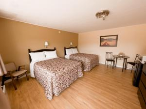 A bed or beds in a room at Silverwood Motel