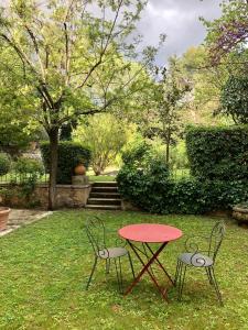 A garden outside B&B Villa Roumanille