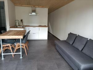 A kitchen or kitchenette at Het Denneke