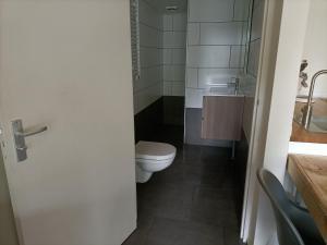 A bathroom at Het Denneke