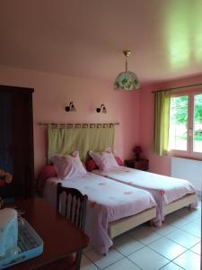 A bed or beds in a room at Chambres d'Hôtes Le Relais du Passage de la Roche