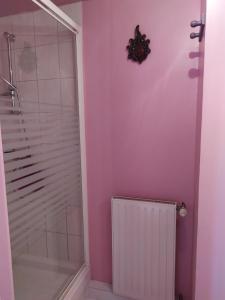 A bathroom at Chambres d'Hôtes Le Relais du Passage de la Roche