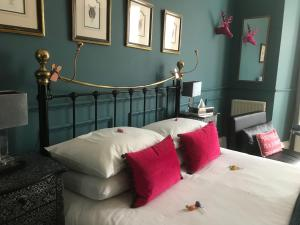 A bed or beds in a room at Albyn Townhouse