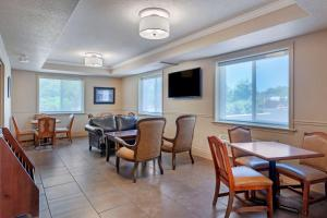 A restaurant or other place to eat at Comfort Inn & Suites Thousand Islands Harbour District