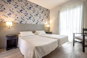 A bed or beds in a room at Apartamentos Hg Cristian Sur