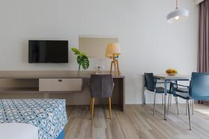 A television and/or entertainment centre at Romana Beach Resort Apartments